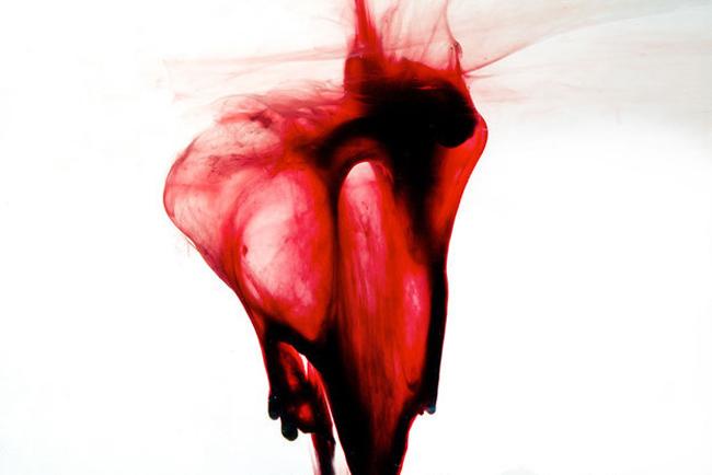 Caso Clinico 45 - Dolore Ciclo Mestruale - http://blurbrain.com/woman-uses-own-menstrual-blood-to-create-art/